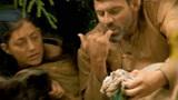 """男女野外冒险,用野猪皮保暖,生吃野猪油配烤猪肉干真是好""""胃口""""!"""