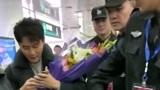 机场看到了李晨,他抱着粉丝给他的鲜花,看来他的名气还是挺大的!