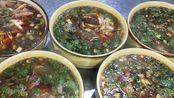 老板不让做员工餐让外出吃,厨师坚决要在店里吃,做了一锅羊杂汤