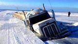 68吨货车冰面行驶,不小心深陷冰河,自救方式堪称神操作