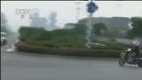 [视频]安徽芜湖:路口不相让 加速通过酿事故