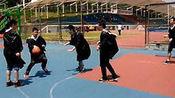 大学毕业了 师兄们穿着学士服打篮球