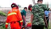 安徽淮北:工人低头点烟失足跌落,消防架梯营救!