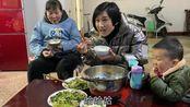 实拍河南信阳,婆婆做菜苔炒腊肉,豆芽炒鸡肉,一家人吃的真是香