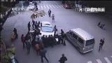 [中国新闻]浙江龙游:女子被压车底 众人10秒抬车救人