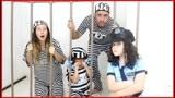 警报铃响了,妈妈打着电话就被萌娃警察抓进牢里,什么原因呢