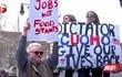 美国确诊病例超100万,纽约民众聚集街头,高喊口号抗议隔离