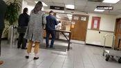 一位UPS的华裔女员工优先为我身后的一位洋人办理了业务~20200204美国加州