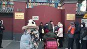 """今天是""""腊八节"""",好多人在雍和宫门口排队等待舍粥"""
