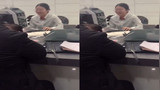 银行工作人员给男子办理业务 把男子等睡着连打呼噜只好无奈地笑了