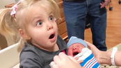 小姐姐激动的抱着刚出生的弟弟,结果宝宝一哭,立马就吓得推开!