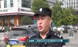 [第一时间]身边的正能量·江苏徐州:老人被轧卡车轮下 数十群众抬车救人