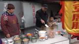 街头早点摊,河南大哥靠一口凹子做美食,大人孩子都爱吃