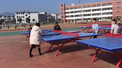 今天给学生们上体育课,王老师和学生打乒乓球,这表现真丢人