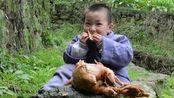 外公背着外孙偷吃烧鸡,被外孙发现后面不改色:你出现了幻觉