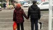 山东泰安东湖公园,菜市场路口,目击一对老人牵手过马路:好感动