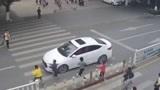 抢过马路 广西贵港两名小学生被撞