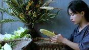 李子柒扛了一代玉米去磨面,磨出的面做成窝头特别有革命情结