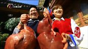 人们到新华村旅游,不仅来品尝美食,还会带走手工制作的银饰