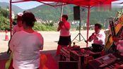 湖北襄阳市民间精彩的锣鼓队演奏,唢呐声声,吸引了很多的人观看