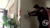 警校生的网课:擀面杖当警棍用喷壶当枪进行楼道搜索,躲在拐角窥视
