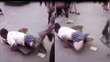 男子当街扒裤揭穿街头行乞着 网友:尽然博取大众同情骗人