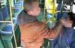 小伙公交掌掴司机数耳光,不料司机是个练家子,3秒后被直接反打