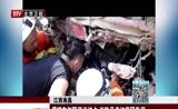 [特别关注-北京]江西南昌 槽罐车侧翻司机被卡 消防员肩扛背顶救援