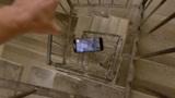 老外将苹果手机从300米螺旋楼梯扔下,手机还能用吗?