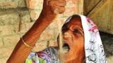 印度老奶奶吃了63年沙子,胃镜检查后,众人都看傻眼了!