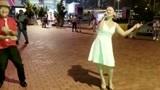 四川辣妹周群街头献唱《乾一杯》歌声动听,旁边大叔随歌跳起舞来