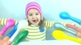 亲子互动,妈妈手指上带气球,教小萝莉学习颜色