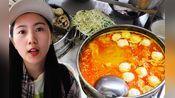 厦门大妈炖4锅汤开面馆,手切猪肝汆一碗加面18元!顾客把马路当餐厅来吃