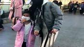 天生自带搞笑天赋的甜馨,看见有记者拍照,用口罩遮住整张脸!
