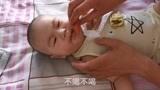 给六个月的宝宝喂药,宝宝先打后躲,看着都心疼