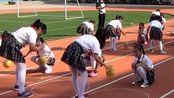 小学生们在体育课上认真学习的场面