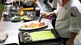 原来炒菜不用锅也能行,用液化气在盘子上烤,也能制作美食!