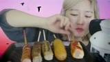 网红吃播妹子吃韩国特色小吃:5根不同口味的烤热狗!