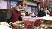 四川广元的菜市场,大哥现场制作霉豆腐,生意好一天能卖100多盒