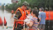 湖北咸宁暴雨袭城 武警官兵紧急转移群众