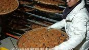 老板来广西桂林市农民家里收柿饼,价钱虽不高,但还是很高兴