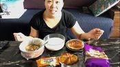 【吃播】大胃蛋蛋吃早餐:豆腐脑、豆浆、大饼、面包、沙琪玛、威化饼干
