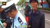 5月23日,黑龙江富锦。一司机营运假牌照的士,拒不下车配合执法。旁边一位大爷看到
