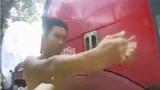 货车超载被交警拦截,司机叫嚣:有本事拷我呀,3秒后竟生吞驾驶证!