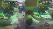 印度男子贷款被拒,持枪冲银行报复,1V5场面火爆