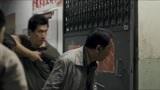 门徒:制毒工厂被查包,警察把手伸进门洞里,被男子用榔头锤断