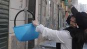 意大利居民用水桶收取华人免费赠送的口罩 整条街都鼓掌道谢