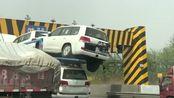 高速上遇到的,看着都替大车司机心疼,也不知道这下子得赔多少钱啊!
