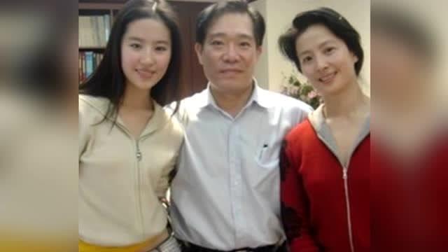 """看了刘亦菲的妈妈,终于知道为什么刘亦菲会说自己""""全家最丑""""了"""
