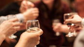 男子聚会上醉酒身亡 8名酒友没劝酒被判担责赔12万